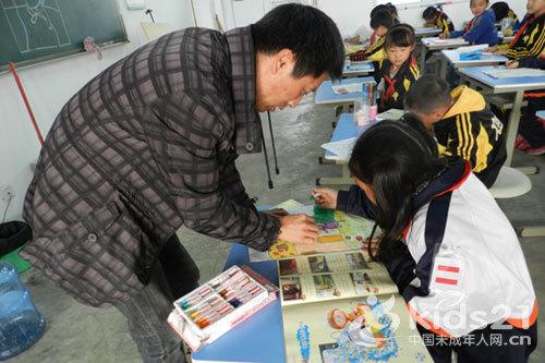 老师正在指导学生画画