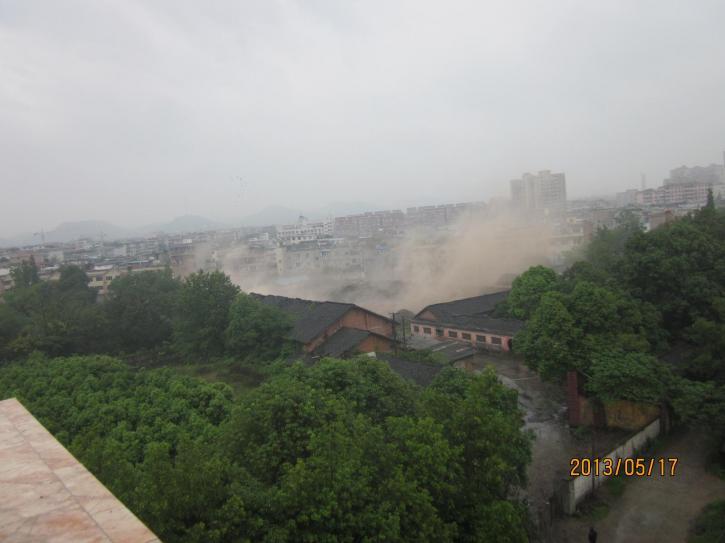 大邑县成功爆破邑新社区西部废弃烟囱及水塔