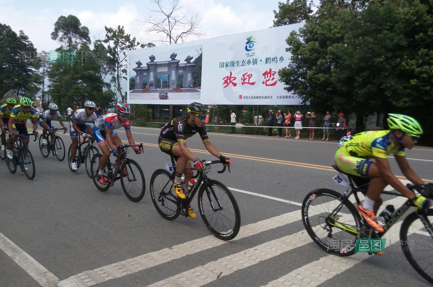 2014环中国自行车赛比赛车队经过大邑县鹤鸣乡,图片来自大邑县鹤鸣乡